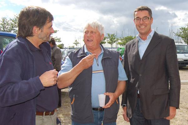 Martin Rasmussen von der dänischen Betreibergesellschaft ShipShape (rechts) nahm die Wünsche der Segler wie hier Werner Müller auf und auch Hafenmeister Rainer Koppenhagen nimmt Hinweise zur Hafengestaltung entgegen. Foto: Schmidt
