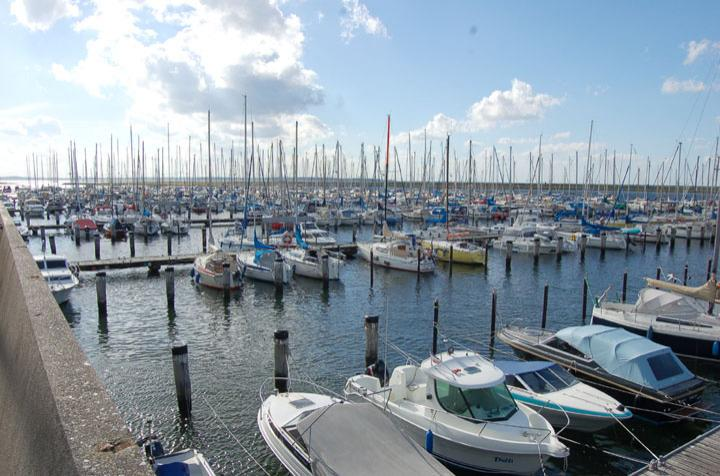 Ein schönes Bild: Die Marina Wendtorf ist wieder gut gefüllt, mehr als 500 Boote finden hier ihren Platz. Der größte Wunsch der Bootsbesitzer: die Sanierung der Steganlagen. Foto: Schmidt
