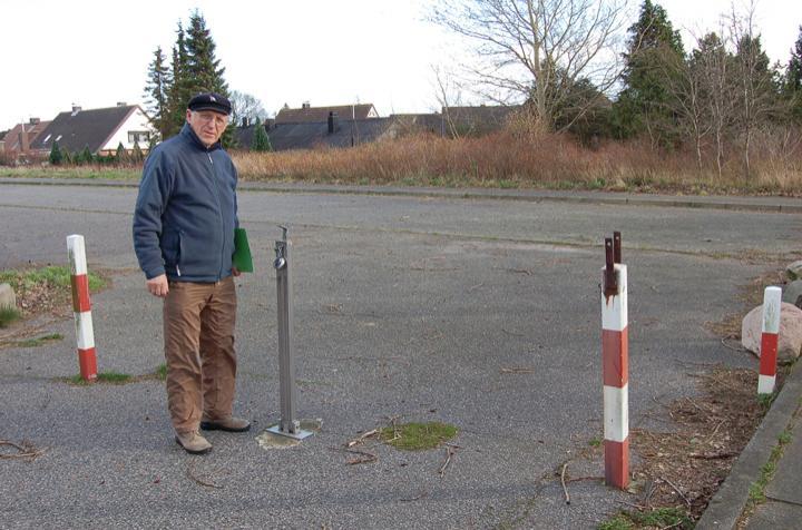 Bürgermeister Otto Steffen freut sich auch über kleine Fortschritte in der Marina Wendtorf. Er kann pünktlich zum Osterverkehr in Absprache mit den beiden Investoren die Parkfläche zunächst für ein Jahr der Öffentlichkeit zur Verfügung stellen. Foto: Schmidt