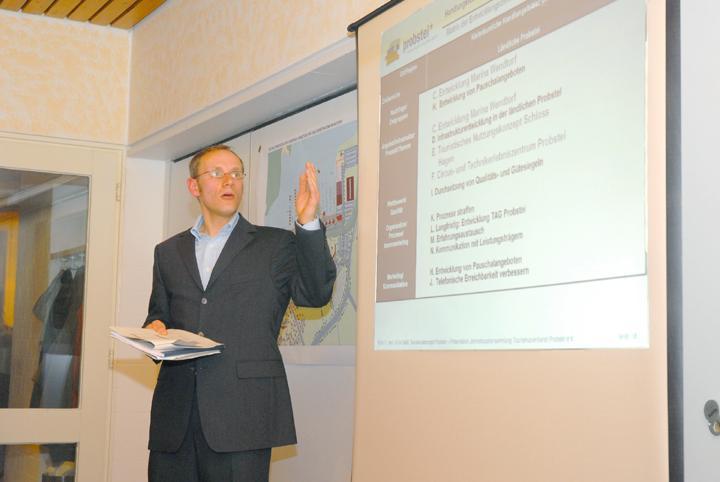 Kai Ziesemer vom Kieler N.I.T. präsentierte im Wendtorfer Treff das Tourismuskonzept für die Probstei. Foto: Lütten