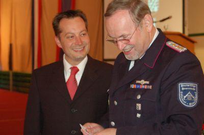 Das Moderatorenduo Marc Wiens von der Heikendorfer Speeldeel (links) und Ehrenamtswehrführer Peter Göllner sorgte für gute Unterhaltung. Foto: Schättler