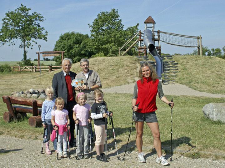 Bürgermeister Otto Steffen (links), Pit Dorn und Anja Kruse freuen sich mit den Kindern auf eine laufstarke Zukunft in der Probstei. Foto: Thies